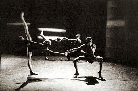 Chorég. Wayne McGregor & la Random Dance Company Grande Bretagne 1999 photo Gilles Abegg Beau Livre La Danse ds le Monde Éditions Les Belles Lettres